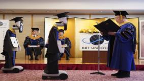 Covid-19: Majlis graduasi guna robot ganti siswazah