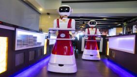 Covid-19: Robot hantar pesanan makanan buat pengunjung elak kontak sentuhan