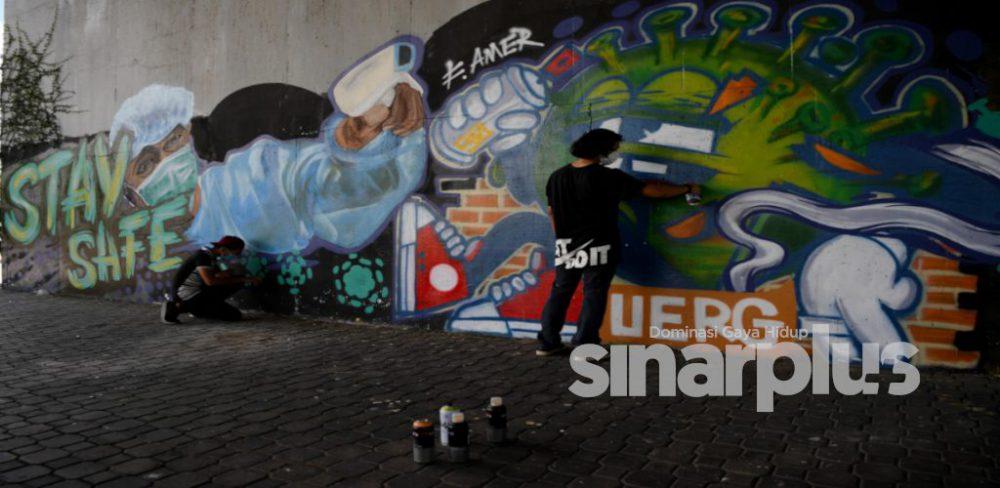 """Sakit mata tengok lukisan tidak senonoh"" : 4 sahabat keluar duit sendiri beli cat lukis mural"
