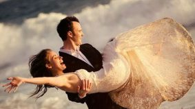 Gara-gara sesi fotografi tepi pantai, pengantin nyaris dihanyutkan ombak besar