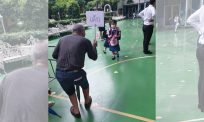 'Mana satu cucu aku ni?' Gelagat warga emas depan sekolah cuit hati warganet