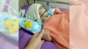 Ibu ini tidak putus-putus berdoa demi Daiyan terus bernafas walau sedang kritikal