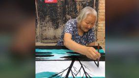 [VIDEO] Hebat skil melukis nenek ni, tapi apa kaitan 'kikis' ulat kat pokok tu…?