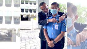 [VIDEO] Untungnya pegawai keselamatan ini tak sangka dapat 'hadiah' daripada menteri