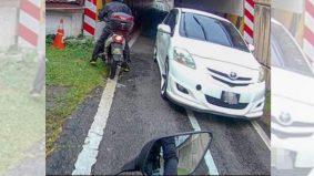 [VIDEO] Kereta masuk laluan motosikal sebabkan kemalangan, mujur mangsa ada rakaman
