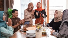 Makan sambil berbual, apa pandangan agama mengenainya…