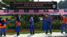Bendera 50 meter guna jahitan tangan, anggota APM sukarela sumbang masa, tenaga