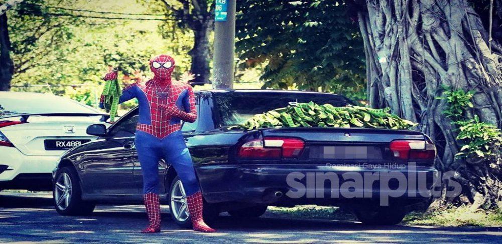'Spiderman' jual petai, anak muda cari rezeki tambahan, tak peduli mulut orang!